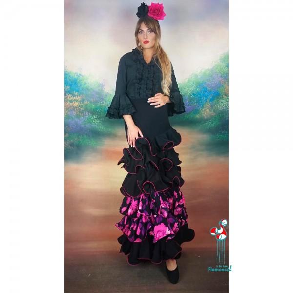 Falda de ensayo flamenca con volantes y estampado floral. Camisa negra flamenca